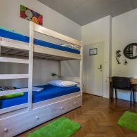 bed-in-4-Crazy-house-hostel-pula-4